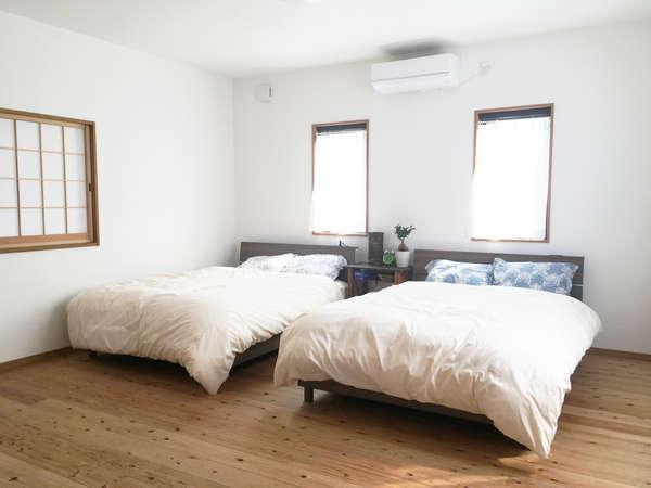 洋室はダブルベッドが二つ。