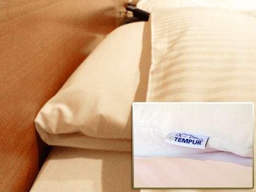 備え付けの枕は寝心地に定評のあるテンピュール製低反発枕♪