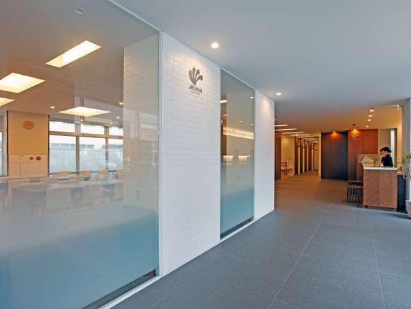 入口を入れば白を基調とし清楚漂う空間で皆様をお出迎え致します。