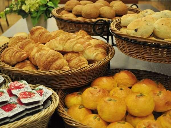 パン、お飲物、生野菜サラダの軽朝食は全てのお客様に無料サービス♪お気軽にどうぞ☆