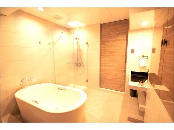 暖色のライトと広々スペースで落ち着くバスルーム