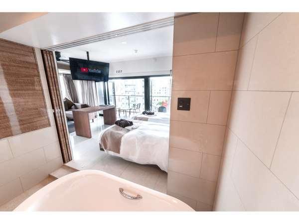 リビングに繋がるバスルーム、特殊な作りでテレビも見れます。