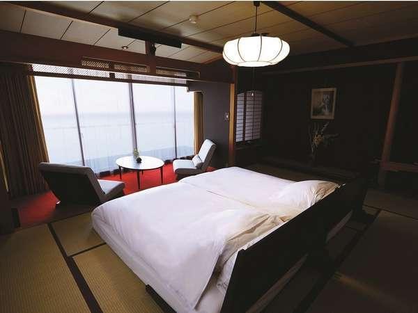 お部屋は全て伊勢湾に面し、寝心地にこだわった新開発の布団に寝転んで眺望を楽しめます。