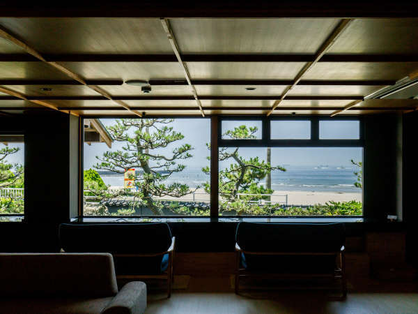 ■ロビーからの眺望。松の庭園越しに臨む伊勢湾。ビーチまで徒歩すぐです!