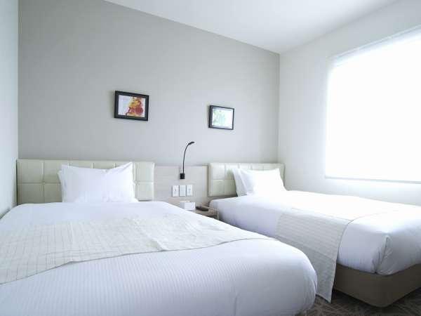 【ツインルーム】清潔感があふれるwhiteがテーマのお部屋です。