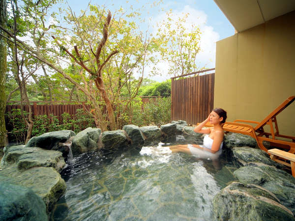 四季彩豊かな那須の自然をお楽しみいただける庭園付露天風呂(1階客室一例)