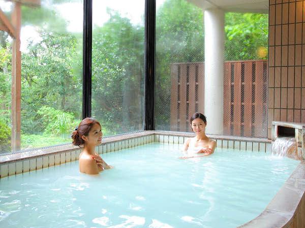 【大浴場】掛け流しの天然温泉100%にごり湯。客室露天とは泉質の違う「硫黄泉」を愉しめる。