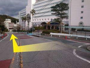 【南館第二側駐車場への行き方2】側道を出て、右に下ります。