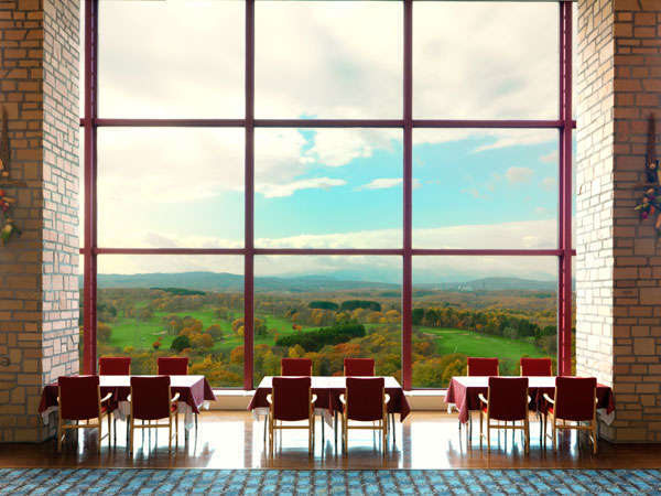 紅葉が美しい、最上階レストランからの眺め。