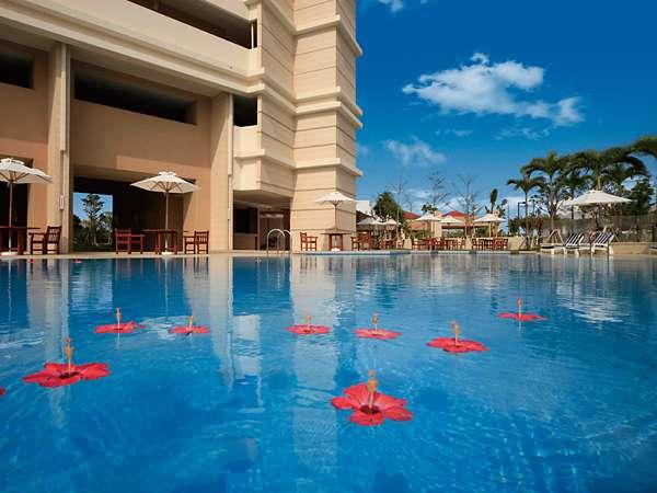 屋外プールで、のんびりと癒される非日常的な時をお過ごしください。