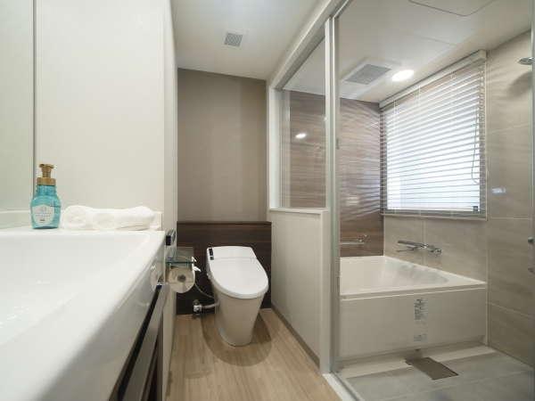 ゆったり入れる洗い場付き浴室。