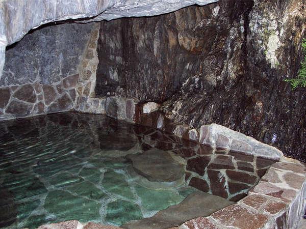 *男性用は、野趣あふれる洞窟露天風呂。千数百年の歴史ある100%天然温泉です!