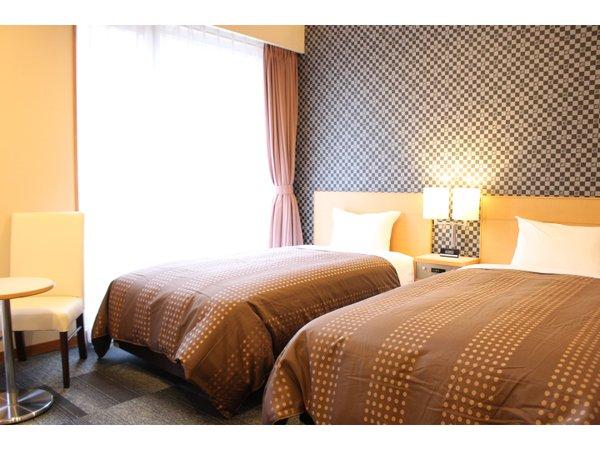ベッド110×195cmのワイドシングルベッドを2台ご用意しております。最大3名まで宿泊可能です