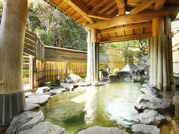 男性大浴場(露天風呂)…緑と岩に囲まれた源泉100%掛け流し〈宿泊者無料〉
