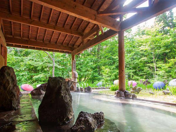 マイナスイオンを感じながら寛ぐ、開放感あふれる男性用露天風呂。
