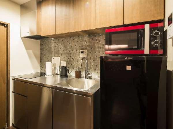 キッチンには最新の設備を設置。充実の調理器具や食器類をご用意しております。