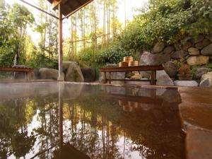 大自然に囲まれた露天風呂は温泉に温泉の効能以上に癒しを与えてくれます。(男湯)