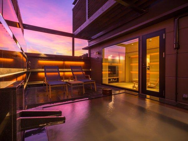 露天風呂付特別室「宵待スイート」の露天風呂からの眺望。夕暮れ時はまた格別。