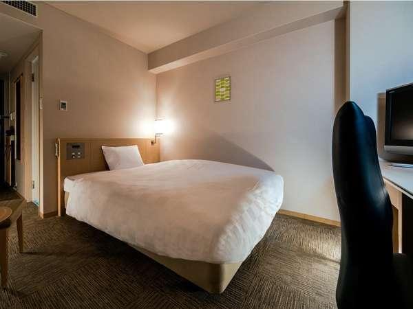【スタンダードシングルルーム】部屋の広さ18.2㎡:ベッド幅154cm:使いやすいワイドデスク