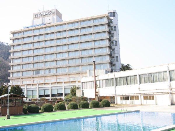 ■ホテル全景:三朝川の清流沿いの緑に囲まれた温泉と料理自慢の大型リゾートホテルです。