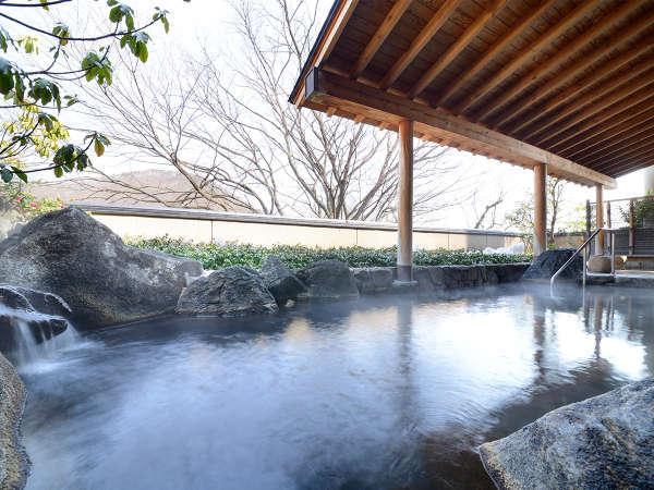 【女性露天風呂】自家源泉から引いた、あふれんばかりの豊富な湯量が自慢!