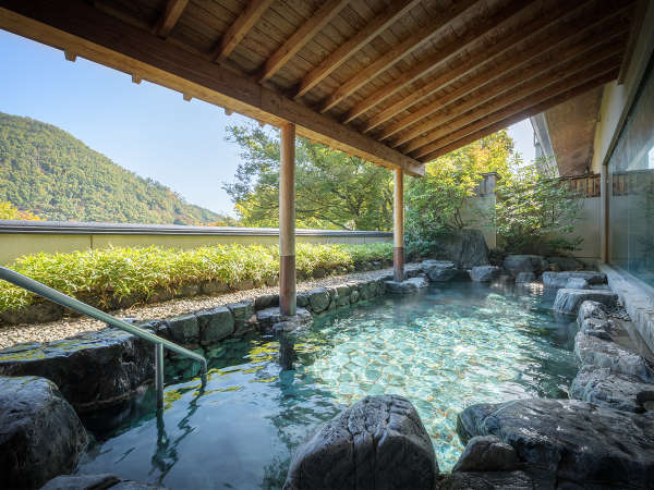 【男性露天風呂】自家源泉から引いた、あふれんばかりの豊富な湯量が自慢