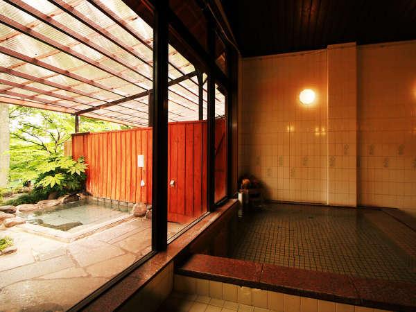 ◆【内湯】広い湯船と開放的な大きな窓、外を見れば四季折々の色に染まる植物が広がる癒しの空間