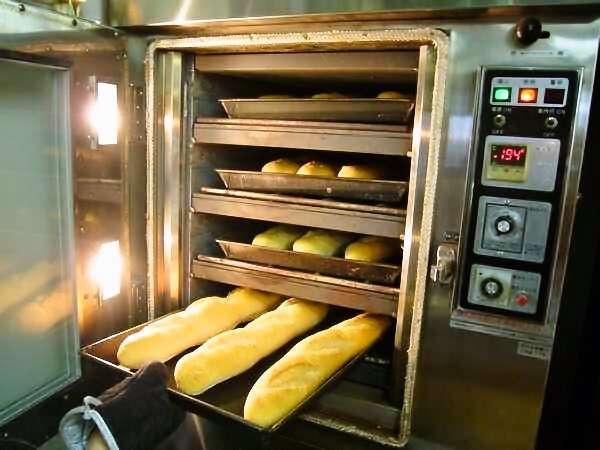 ・当ホテルで作る自家製焼き立てパン