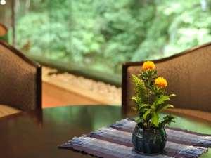 豊かな自然に囲まれた今昔亭は日常の喧騒から離れ、静けさを愉しめる隠れ宿