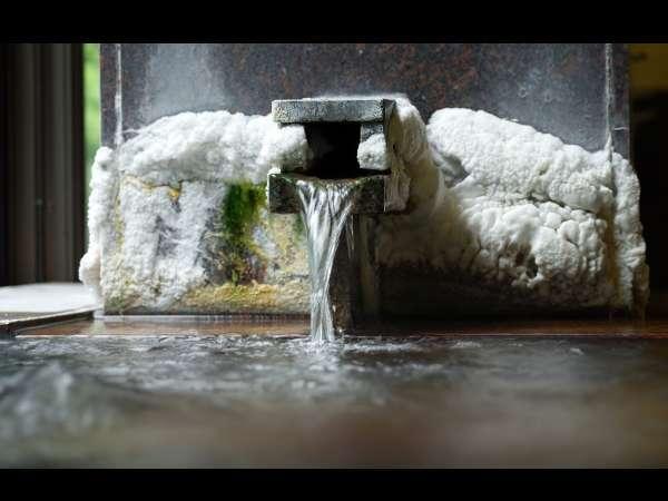 【湯口】東山温泉でも珍しい自家源泉保有の宿。泉質自慢の内湯。湯口には良質濃厚な泉質の証『湯の花』。