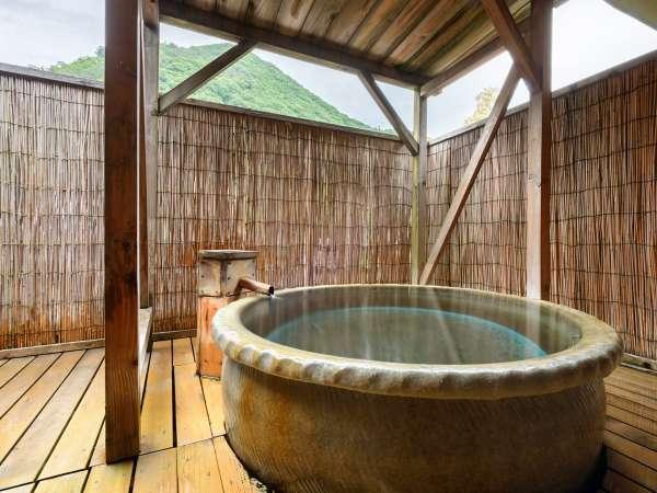 【露天風呂付客室】湯船から溢れる温泉は勿論源泉掛け流し!誰にも邪魔されず温泉をひとり占めする贅沢を