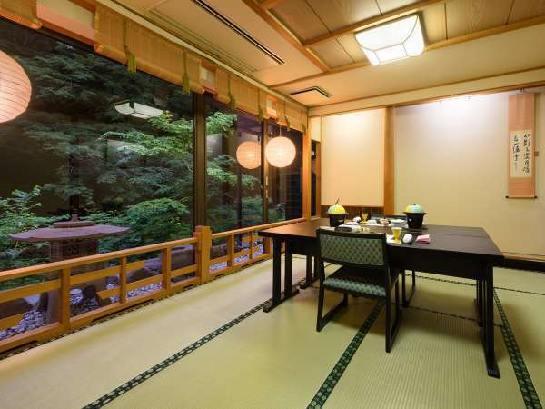 【個室会食場】人数に合わせて個室会食場をご案内。渓谷美を眺めながらの食事する贅沢