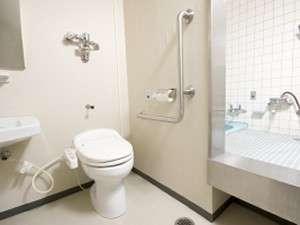 ユニバーサルルームの浴槽とトイレ。