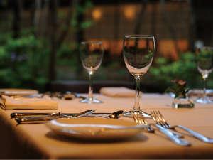 中庭の緑あふれる景色を眺めながら、ゆったりと流れる非日常♪美食と美酒を心ゆくまでご堪能下さい♪