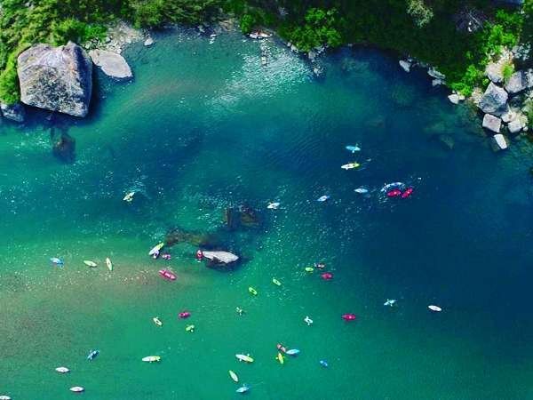 【仁淀川のドローン空撮】大人気のカヌー体験♪神秘的な色合いの川面。ここでの奇跡体験はアンピリバボー!
