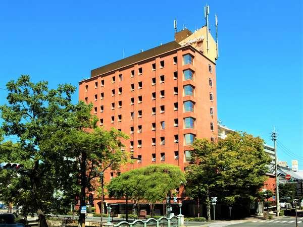 ※セントラルホテル岡山外観:ホテル前には西川が流れ、川向には子どもたちが遊ぶ公園もあります。