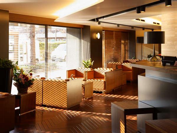 ★ウッド調のロビー※客室は全て西川緑道公園側。ロビーでの無料コーヒーサービス有(宿泊者対象)