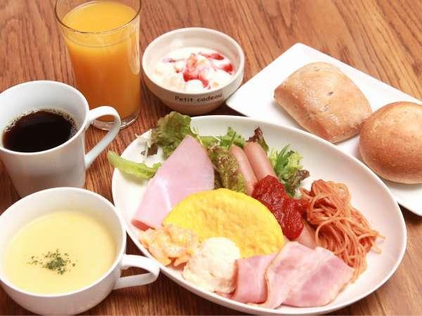 ★洋食、和食から選べる朝食。パン・ご飯・カレー・ドリンク類等はセルフでおかわり自由♪(通常1食800円)