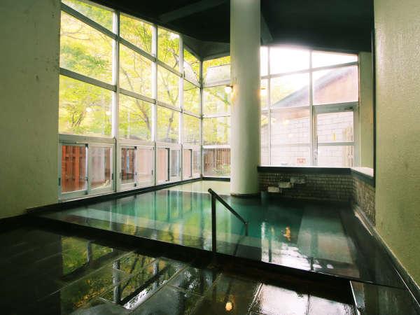 天井近くまで広がる大きな窓が特徴の男性用内湯。温泉だけではなく自然を眺めながらご入浴頂けます。