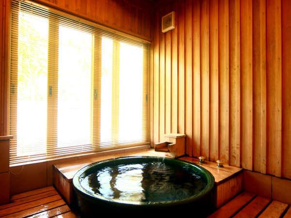 離れ「都忘れ」お風呂。風情ある陶器風呂です。
