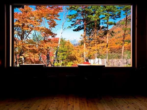【ロビー(秋)】ロビーからの紅葉。一枚の絵画の様にお愉しみ頂けます。