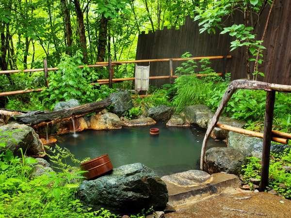 【貸切露天風呂(夏)】野趣溢れる貸切露天風呂。