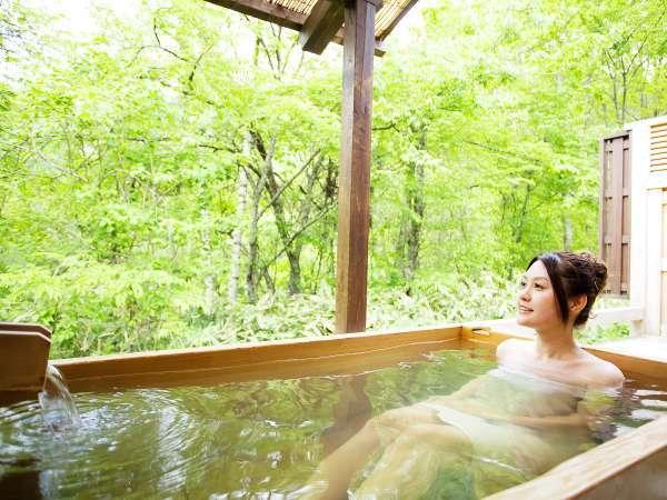 【露天風呂付客室:姫子松の抄】檜造りの客室露天風呂では大自然を満喫♪