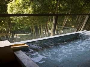客室露天風呂には山中温泉の新鮮な湯が注ぎ込まれています。竹林越しに渓流を臨みながら贅沢なひとときを。