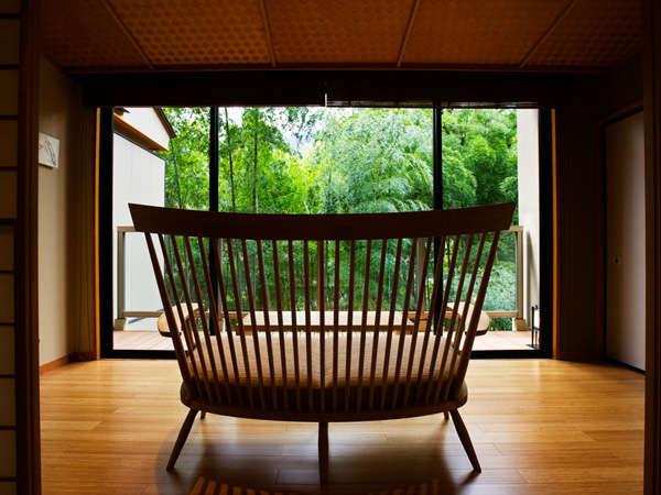 【お部屋】竹林が心地よい風を運ぶ客室。小川のせせらぎを聞いてリラックスを。