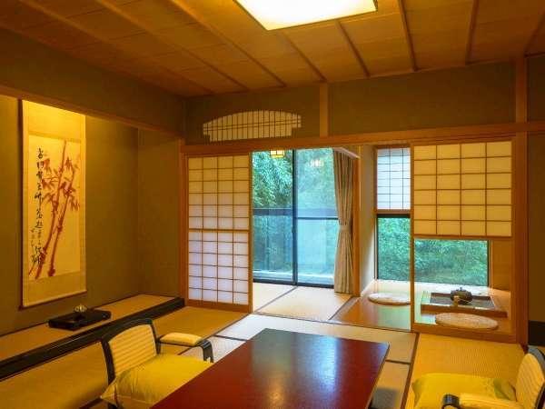 竹林に面して電熱の囲炉裏から茶釜のお湯で日本茶やハーブティーをお楽しみ下さい。