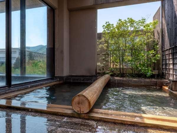 戸外に出ると露天風呂が御座います。内湯と出たり入ったり二つの浴槽をご堪能下さい。