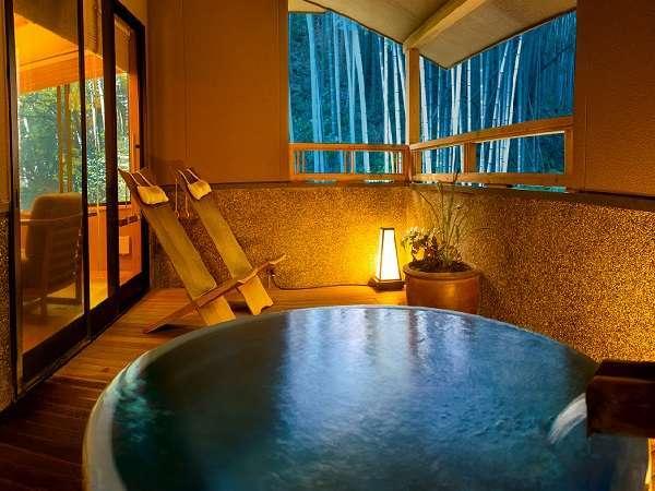 別邸「青天」滝見露天風呂はテラスにあり解放感に溢れた露天風呂