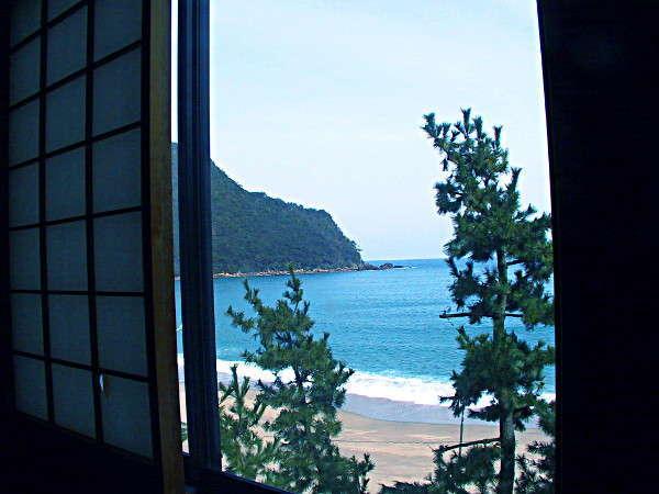 目の前は佐津海岸。お部屋からは心和む波が寄せる音が聞こえます☆