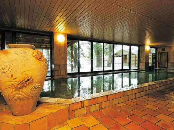 長寿陶芸風呂温泉(男湯)萩焼のお風呂です。露天風呂からは日本海が一望できます。